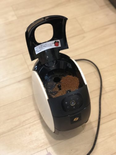 ぶちまけたコーヒー豆のバリスタ